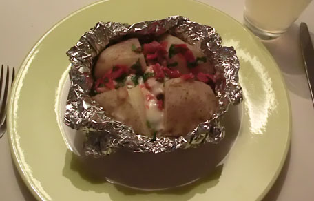 Gepofte aardappelen met zongedroogde tomaatjes en mozzarella
