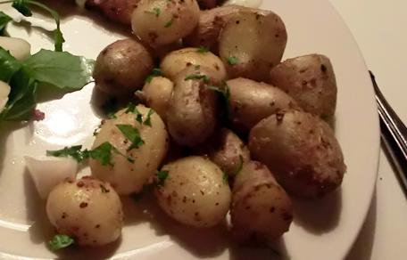 Opgebakken aardappelen met mosterd honing en peterselie
