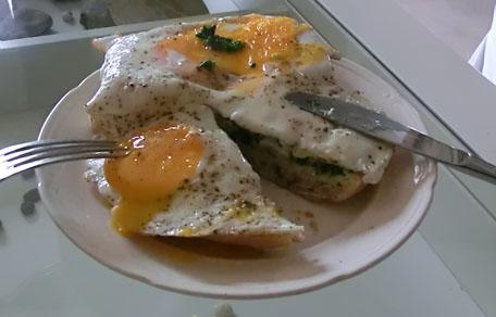 Geroosterd brood met ei, tijmpesto en citroen crème