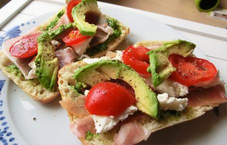 italiaans-broodje-ciabatta-met-rucola-pesto