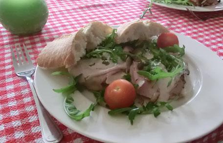 Sandwich met tonijn, kalfsfricandeau en ansjovis