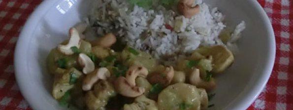 Rijst met kip, banaan en cashew