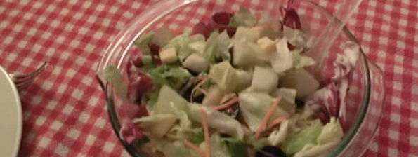 Salade met fruit, kaas en noten