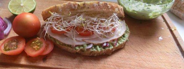 Meergranenbrood met avocado, kip en alfalfa