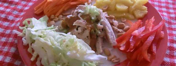 Indonesische salade met ananas kip en pittige pinda dressing