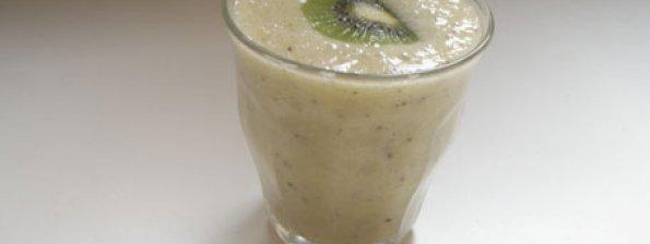 Vervrissende smoothie van banaan kiwi en appelsap