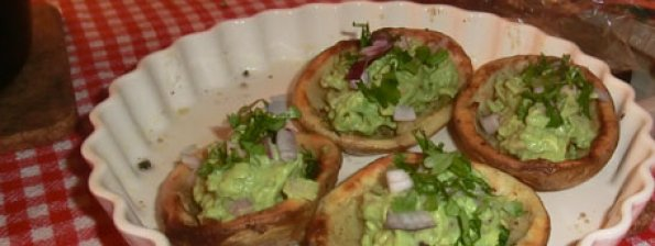 Krokant uitgeholde aardappel met guacamole