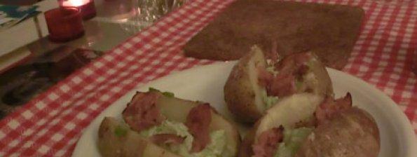 Gepofte aardappels met bacon-avocadosaus