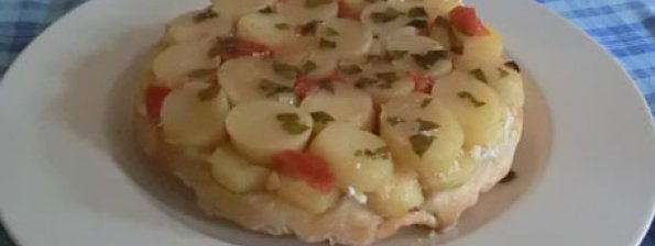 Gekaremeliseerde aardappeltjes met tomaatjes en geitenkaas in bladerdeeg