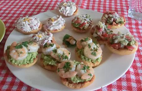 Geroosterd brood met avocado en garnalen