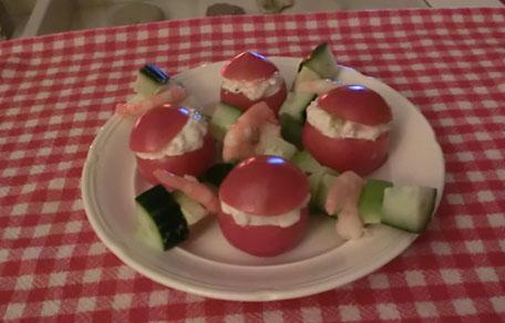 Tomaatjes gevuld met zalm en garnaal met avocado en komkommer
