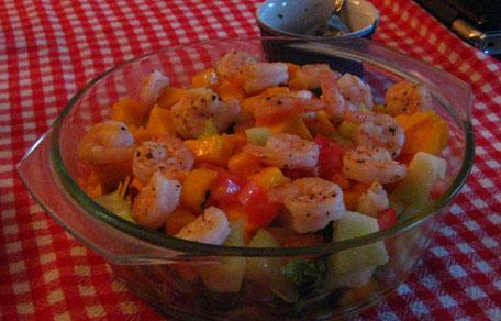 Een salade gevuld met o.a. garnalen, meloen en mango