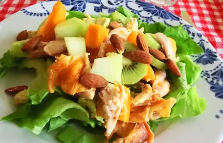 Gegrilde kip salade met kiwi abrikoos en papaya