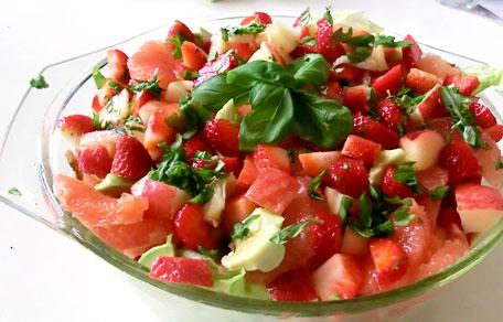 Gegrilde kip salade met nectarine aardbei avocado en grapefruit