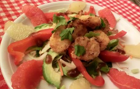 Kokos-garnalen met rauwkost van wortel en kool samen met grapefruit, avocado en zoete chineese saus