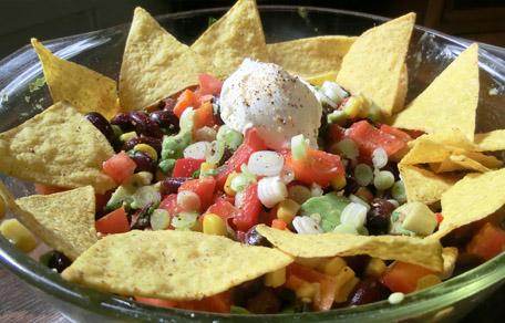 Mexicaanse salade met kidneybonen, mais, tomaat, avocado, paprika en peper