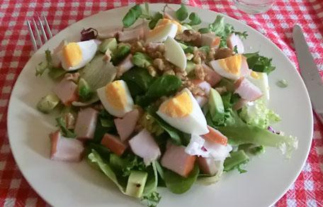 Salade met walnoten, avocado en ei