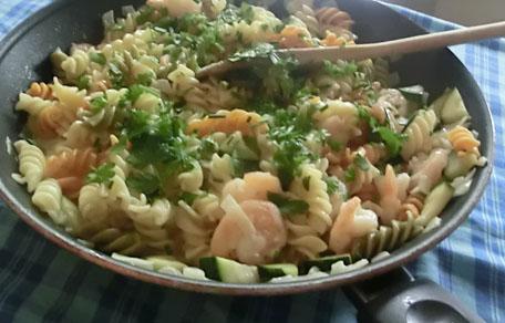 Romige pasta met garnalen, courgette en verse kruiden