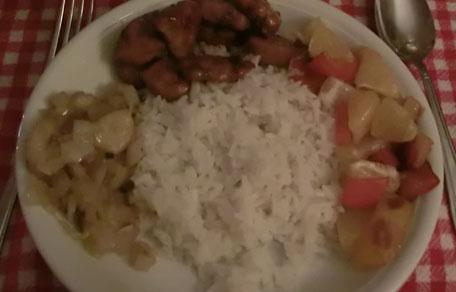 Rijst met kip, banaan met ui en paprika met sinasappel