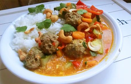 Thaise curry met groenten gehaktballen en veel saus