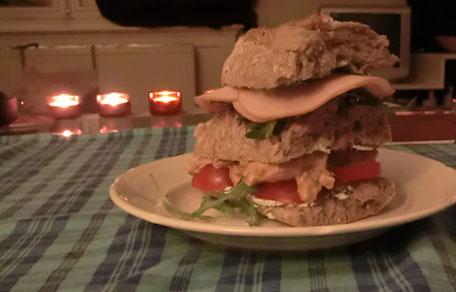 Sandwich met rucolacreme, garnalen en kip