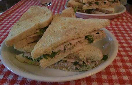 Sandwich met tonijn, kip en rucola