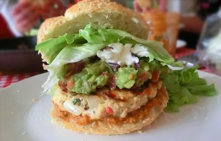 Kipburger met zelfgemaakte salsa en guacamole